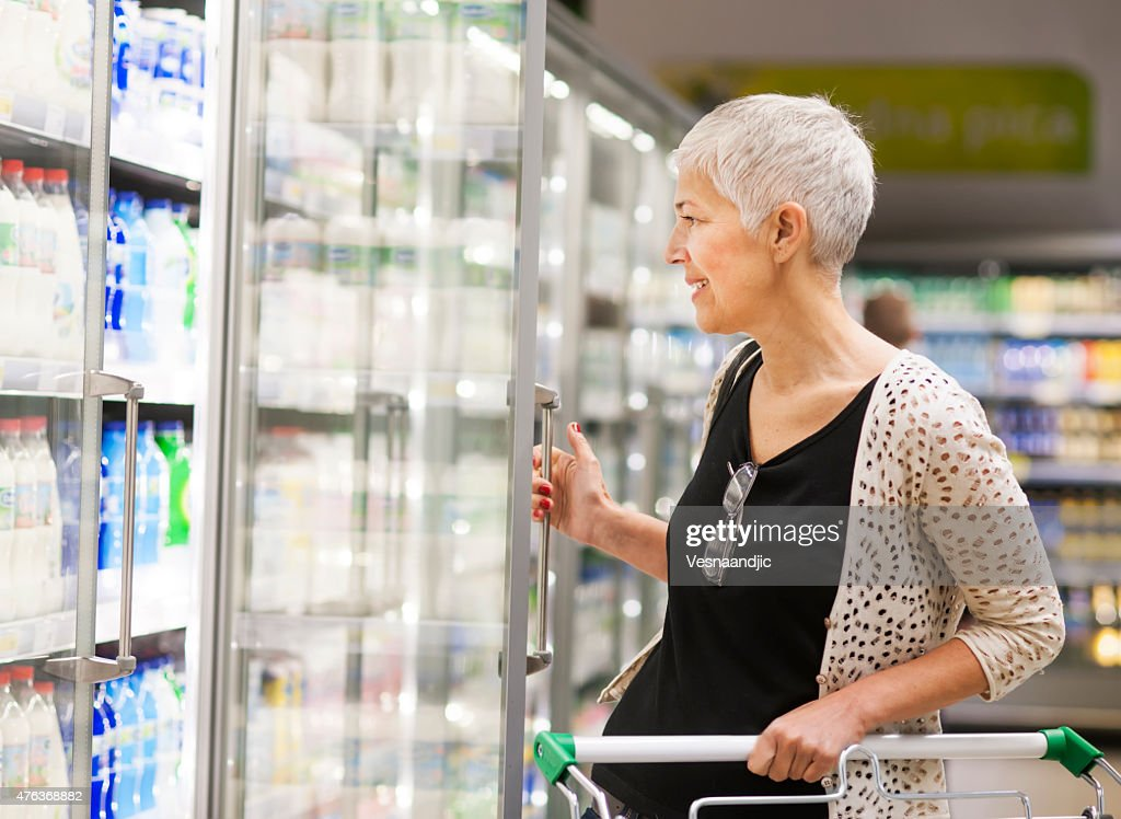 Mulher Madura fazendo compras no Mercado : Foto de stock