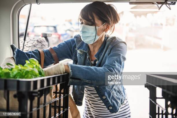 mature woman shopping grocery - food delivery foto e immagini stock