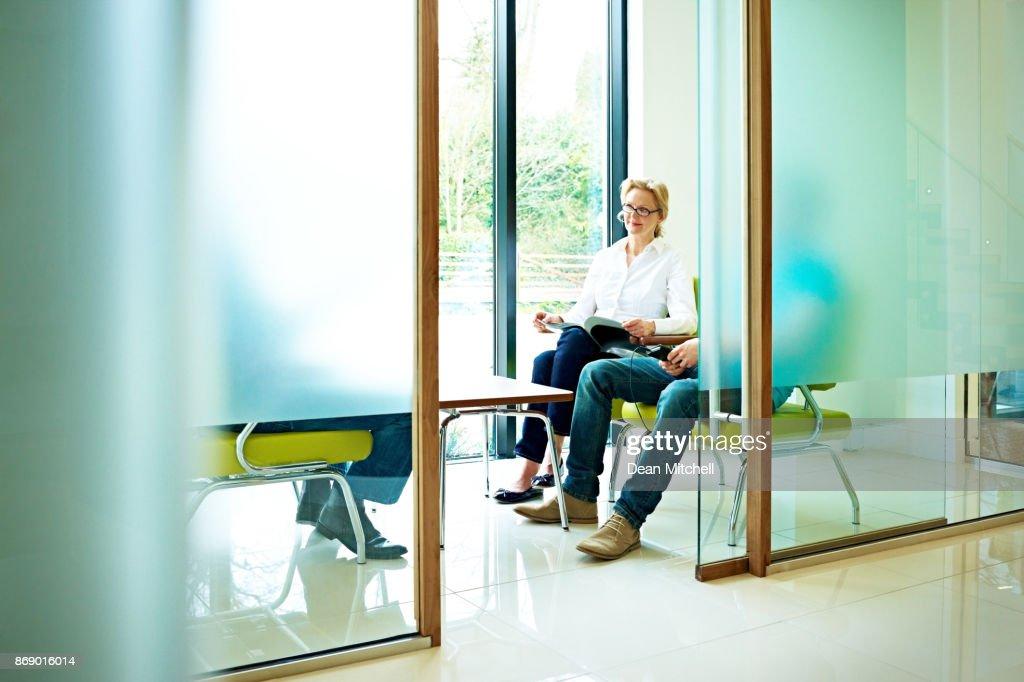 Reife Frau sitzen im Wartezimmer dental clinic : Stock-Foto