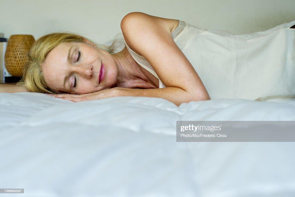 Mature prise sur le lit