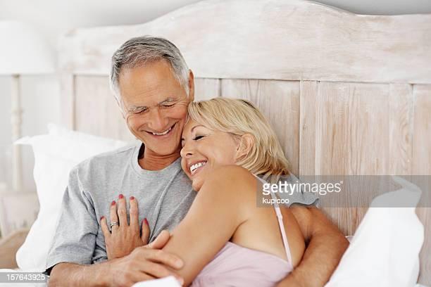 Reife Frau Schlafen auf der Brust im Bett Mann