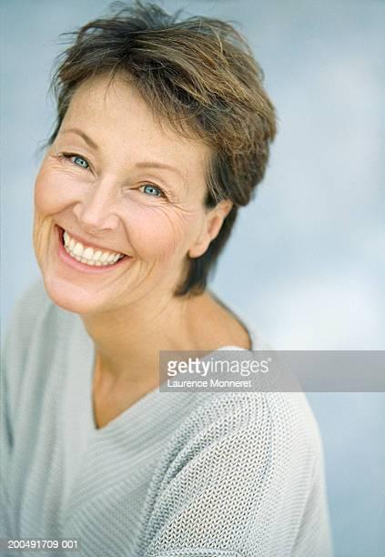 mature woman, smiling, close-up, portrait - 55 59 jaar stockfoto's en -beelden