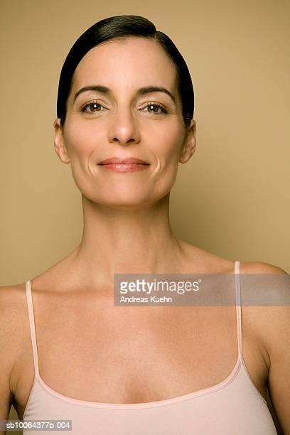 mature woman smiling, portrait, close-up - schwarzes haar stock-fotos und bilder