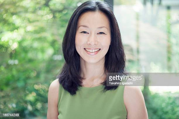 mature woman smiling,  portrait - nur japaner stock-fotos und bilder