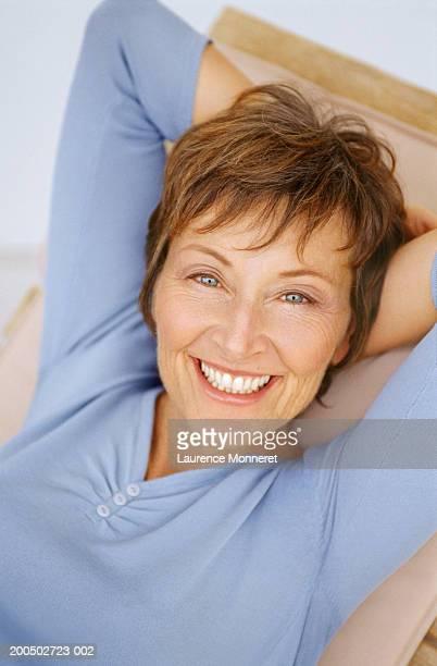 mature woman, smiling, portrait - 55 59 jaar stockfoto's en -beelden