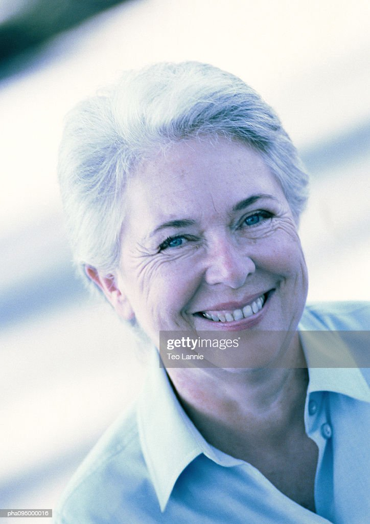 Mature woman smiling, portrait : Stockfoto