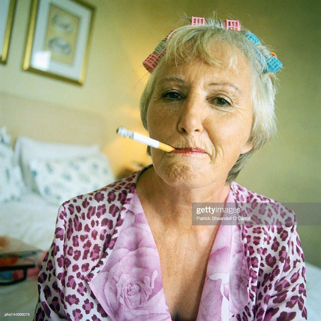 Mature woman smoking cigarette, portrait : Stockfoto