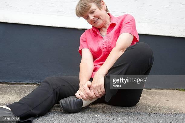 Femme d'âge mûr sprained cheville après l'automne