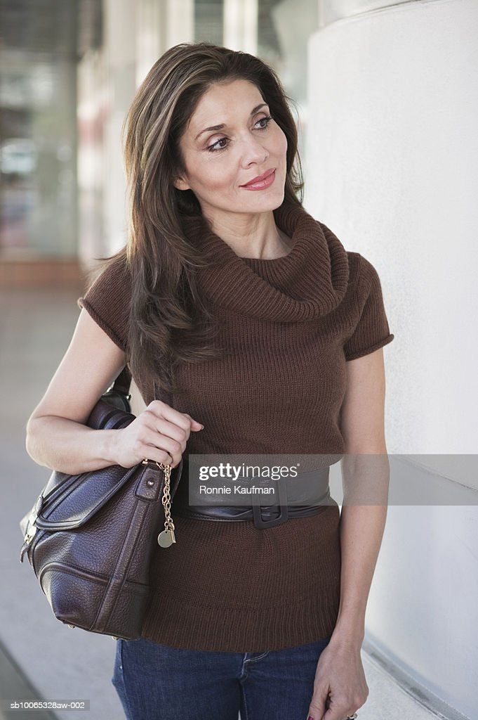 Mature woman standing at shop, smiling : Foto stock