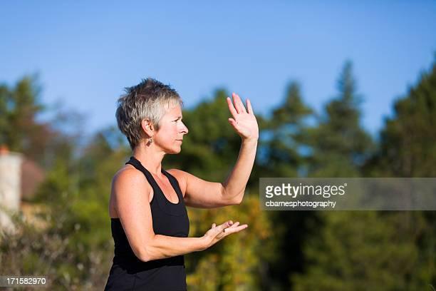 Femme d'âge mûr tai chi de remise en forme