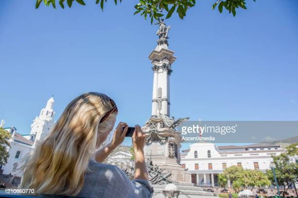成熟した女性は大聖堂、キトの写真を撮ります - キト ストックフォトと画像