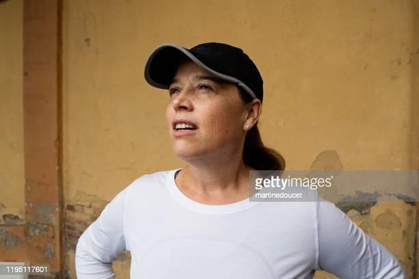 """mujer madura entrenando al aire libre en la ciudad. - """"martine doucet"""" or martinedoucet fotografías e imágenes de stock"""