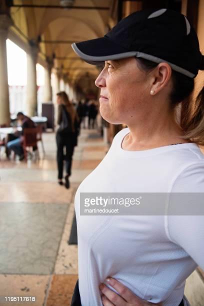 """rijpe vrouw trainen buitenshuis in de stad. - """"martine doucet"""" or martinedoucet stockfoto's en -beelden"""
