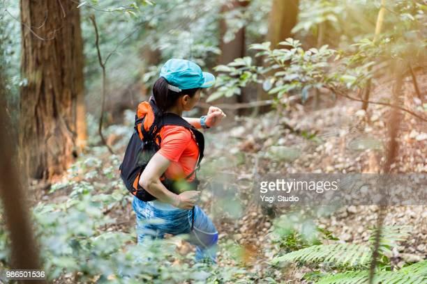 成熟した女性のトレイル ランニングとトレーニング - クロスカントリー競技 ストックフォトと画像
