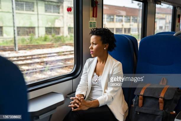mulher madura viajando de trem - victim - fotografias e filmes do acervo