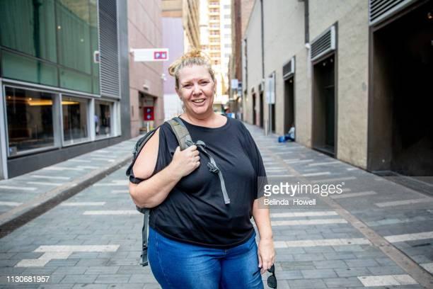 mature woman travelling solo, exploring the city and enjoying time alone in sydney australia - natürliche schönheit personen stock-fotos und bilder