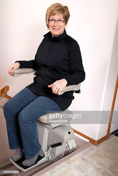 mulher madura com stairlift: lar de idosos - elevador de escada imagens e fotografias de stock