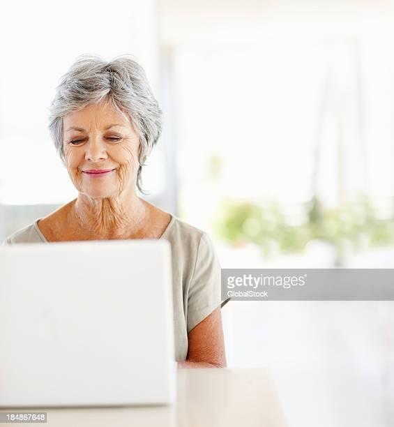 Femme d'âge mûr à l'aide de l'internet