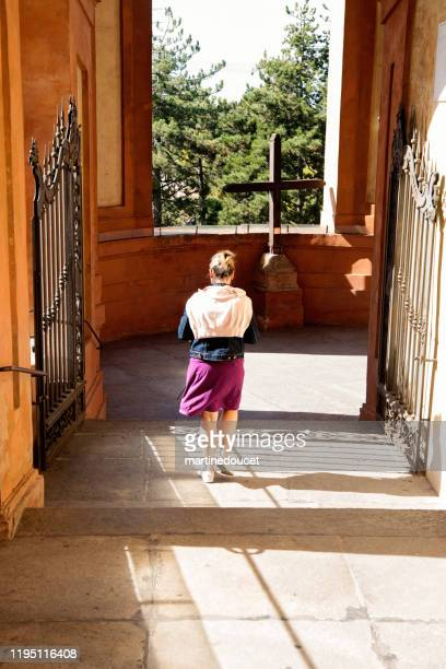 """mujer madura visitando el santuario de la virgen de santa luca. - """"martine doucet"""" or martinedoucet fotografías e imágenes de stock"""