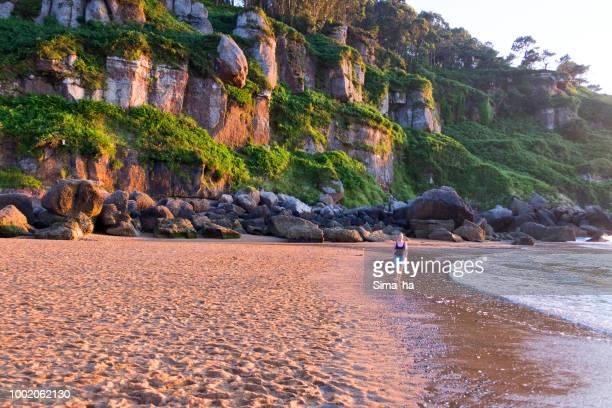 Mujer madura caminando a lo largo de la costa