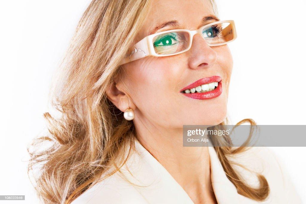 熟年女性を着て、眼鏡とパールのイヤリング : ストックフォト