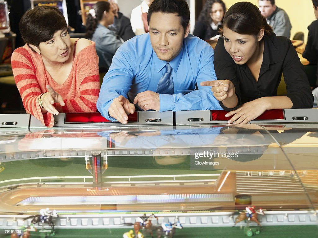 Mature woman with a mid adult man and a teenage girl in a casino : Foto de stock