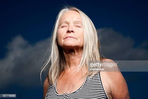 mujer madura con los ojos cerrados y el pelo rubio, espacio de copia - cabello largo fotografías e imágenes de stock