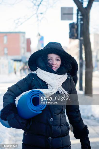"""mature woman with exercise mat outside in winter - """"martine doucet"""" or martinedoucet - fotografias e filmes do acervo"""