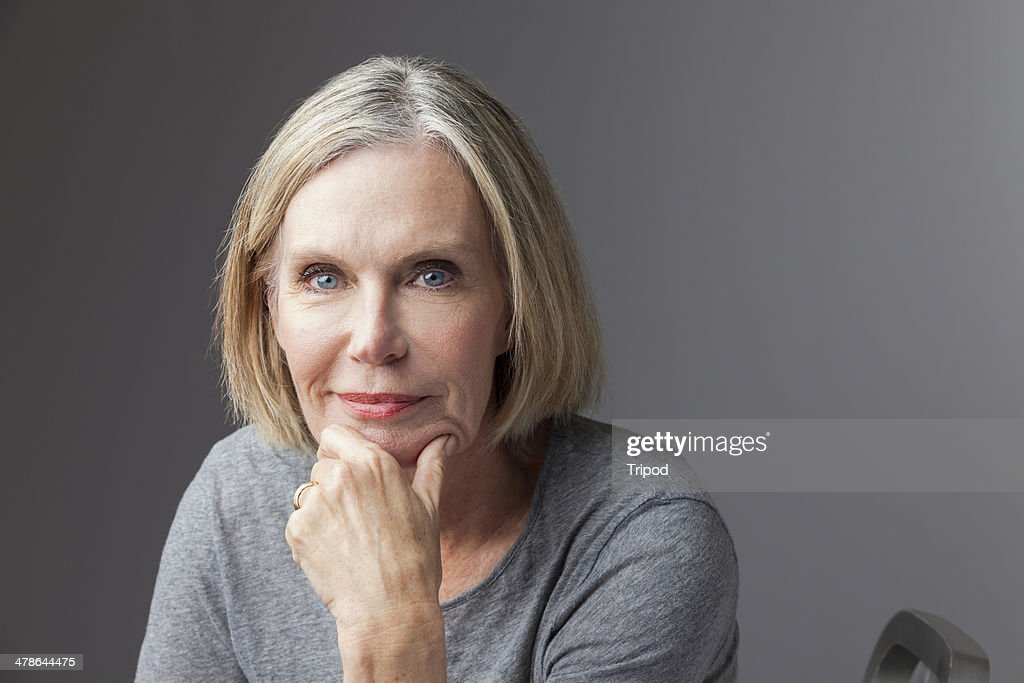 Mature woman with hand on chin, portrait : Foto stock