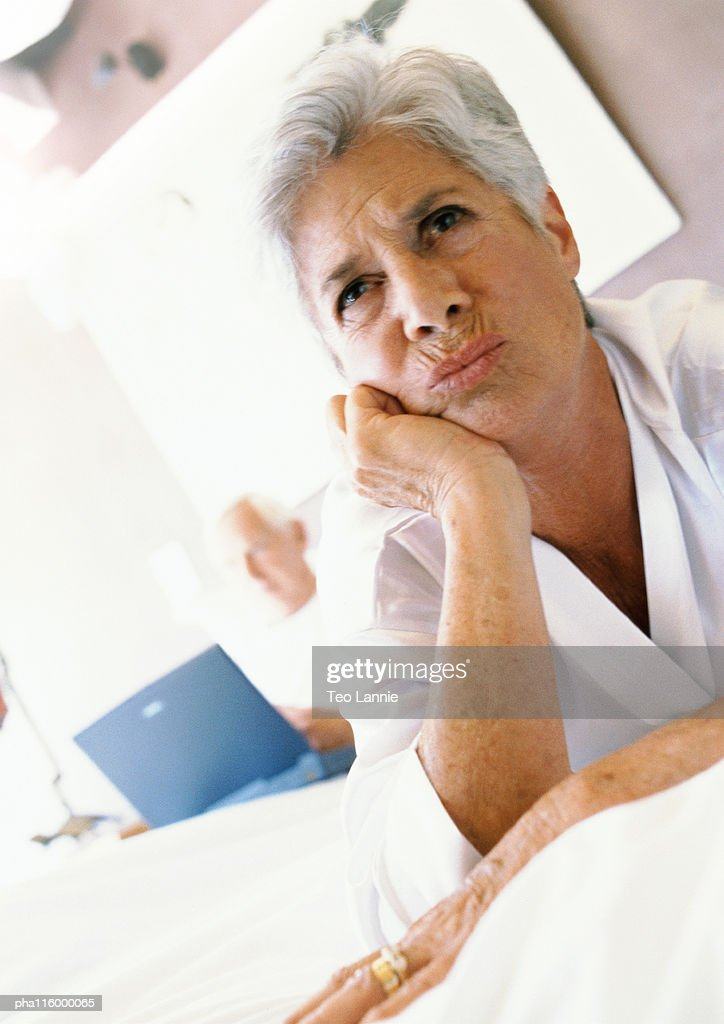Mature woman with hand under chin, portrait : Stockfoto