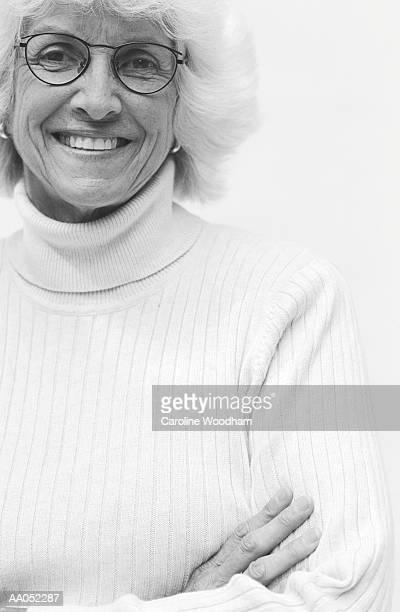 mature woman wjith arms crossed, close-up, portrait (b&w) - donna mezzo busto bianco e nero foto e immagini stock