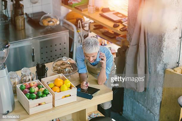 Mujer madura trabajando en su café
