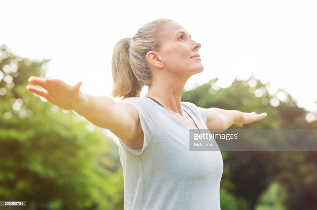 Reife Frau-Yoga-Übung : Stock-Foto