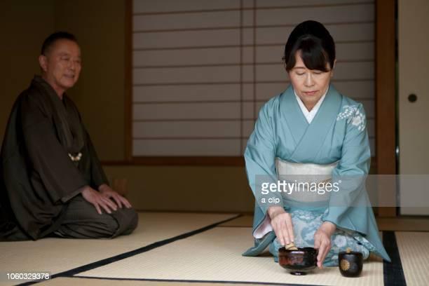 お茶を点てる中高年女性 - ティールーム ストックフォトと画像
