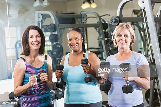mature women at the gym - 50 59 jaar stockfoto's en -beelden