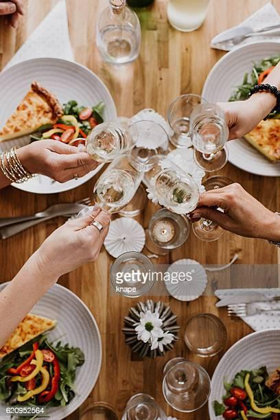 Ältere Frauen mit Abendessen