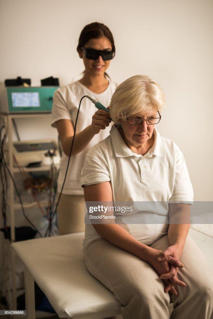 Reife Frauen Die Massagetherapie Durch Junge Therapeuten