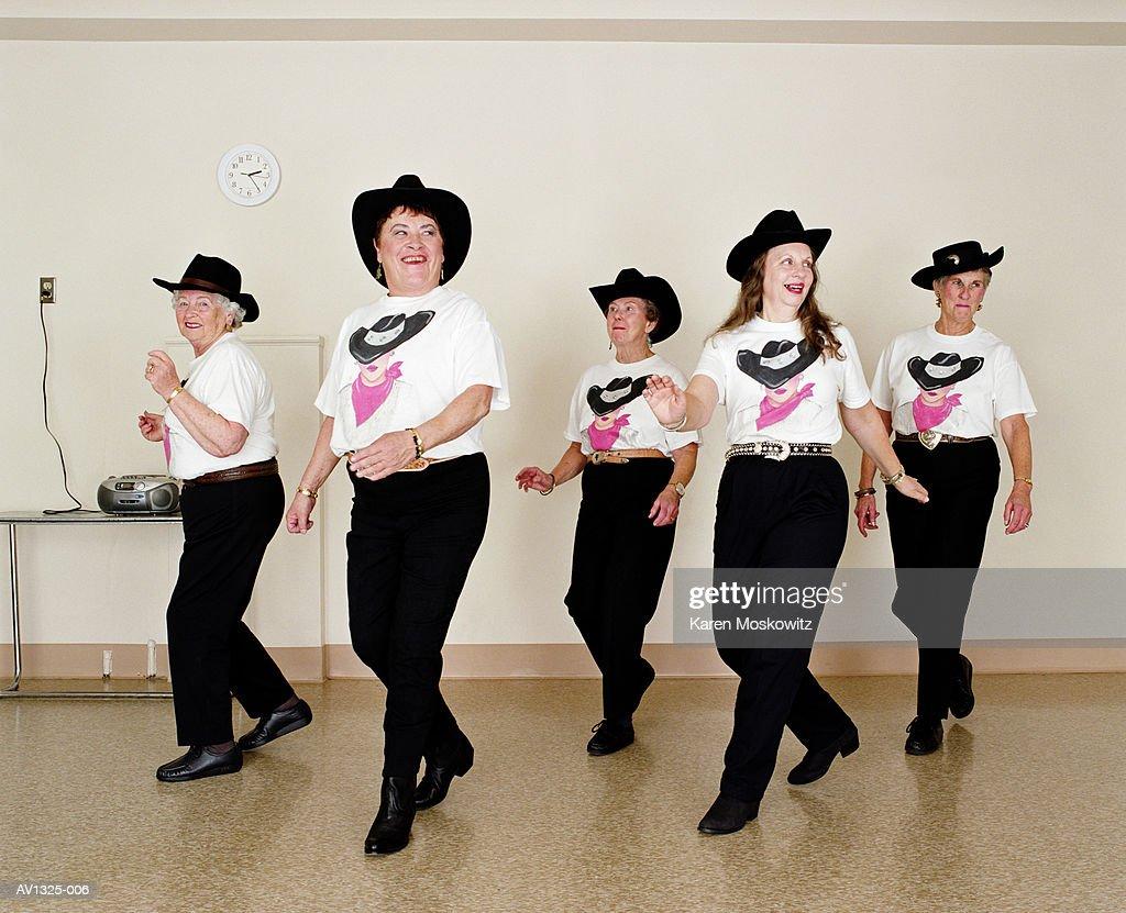 Mature Women Line Dancing Dance Studio Foto De Stock Getty Images