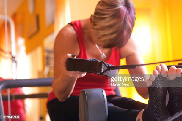 mulheres maduras realizando pilates no ginásio - reformista - fotografias e filmes do acervo