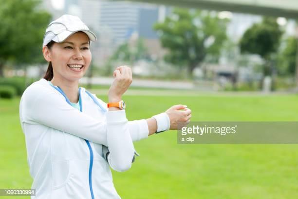 ストレッチをする中高年女性 - 中年の女性一人 ストックフォトと画像
