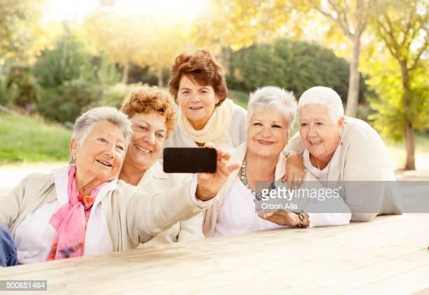 Matura donna prendendo un Selfie
