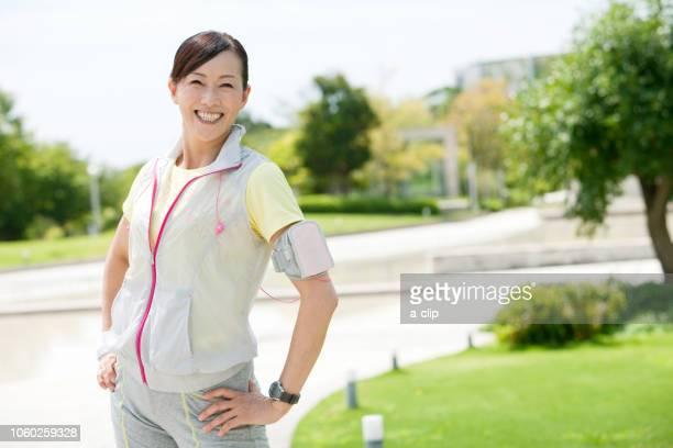 スポーツウェアを着た中高年女性 - 中年の女性一人 ストックフォトと画像