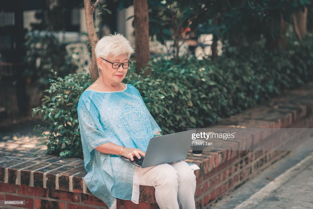 gereift, asiatische chinesische weibliche Blick auf laptop : Stock-Foto