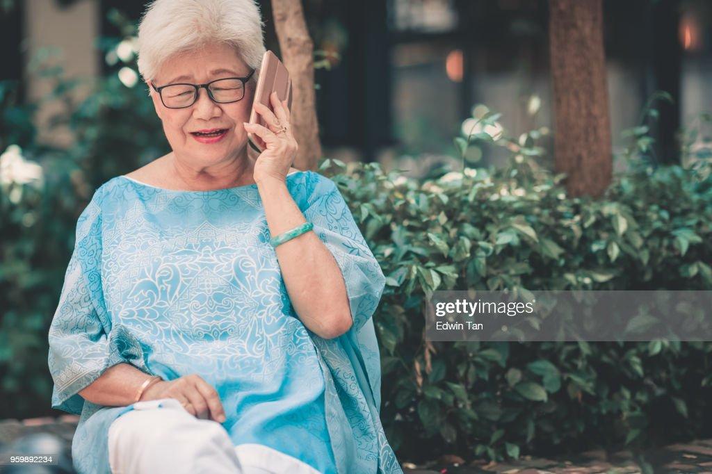 gereift, asiatische chinesische Frauen sprechen auf ihr Handy : Stock-Foto