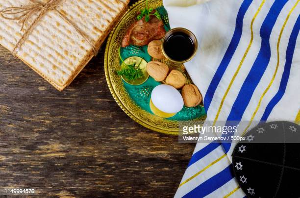 matzo for passover with seder on plate on table close up - passover seder plate fotografías e imágenes de stock