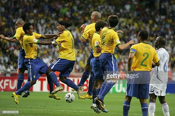 Brasilien Frankreich 01 Mauer Brasiln mit vl Roberto Carlos Ze Roberto Ronaldinho Ronaldo Juninho Kaka und Cafu und Claude Makelele FRA schaut zu...