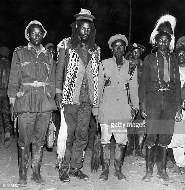 MauMau Bewegung 195259 'Feldmarschall' Musa Mwariama mit Offizieren seines StabesAufnahme nach Generalamnestie im Zuge der Unabhängigkeit des...