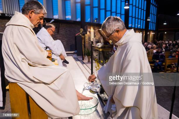 maundy thursday celebration in a paris catholic church. france. - maundy thursday stock pictures, royalty-free photos & images