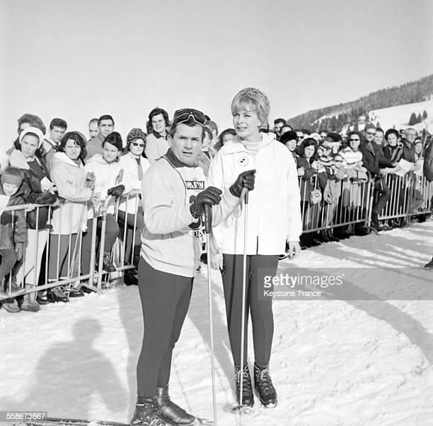 Maurice Baquet et la speakerine Jaqueline Huet au bord des pistes a l'occasion du premier Grand Prix International Des Artistes a Megeve France le 11...
