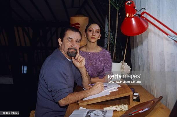 Maurice Bejart And Grazia Galante Maurice BEJART posant à sa table de travail chez lui à Bruxelles avec sa 'découverte' la danseuse italienne Grazia...